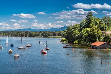Fototapeta na wymiar Starnberger See Ufer mit Segelbooten und einem Badesteg
