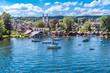 canvas print picture - Tutzing am Starnberger See unter weiß-blauem Himmel und Segelyachten in der Bucht