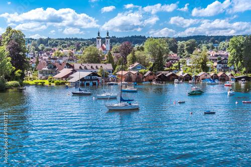 Tutzing am Starnberger See unter weiß-blauem Himmel und Segelyachten in der Buch Canvas Print