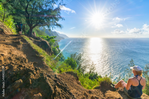Poster Kaki Young woman resting in amazing Kalalau trail, Kauai Island, Hawaii