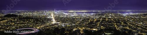 Plakat Miasto widok w nocy w San Francisco. Na antenie widać zarówno dzielnicę finansową, metropolię śródmiejską, jak i miejskie osiedla mieszkaniowe w Oakland i SF.