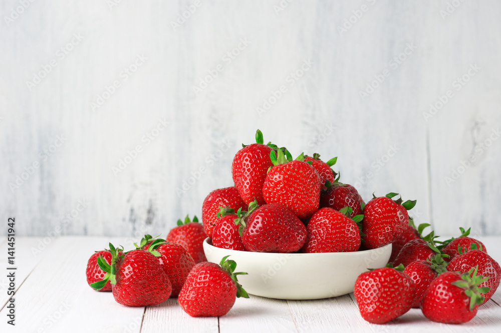 Fototapety, obrazy: Strawberries in white bowl