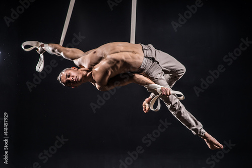 Foto op Plexiglas Fitness circus artist on the aerial straps man