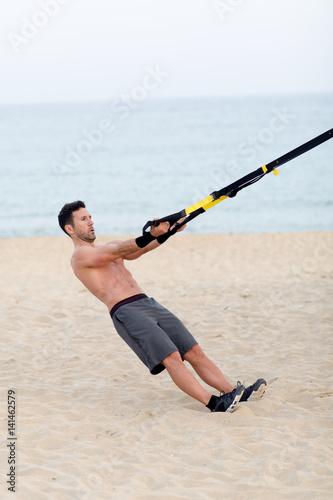 Fényképezés  Athletischer Mann macht workout am Strand