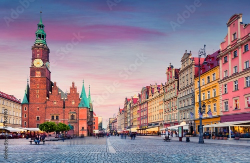 Fotografia  Colorful evening scene on Wroclaw Market Square with Town Hall.