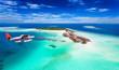 Wasserflugzeug fliegt über Malediven Insel