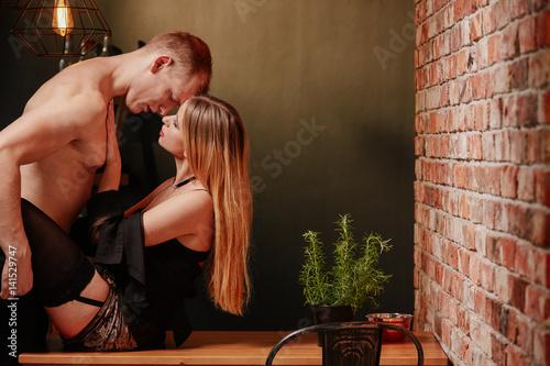 Plakat Para całuje się na stole