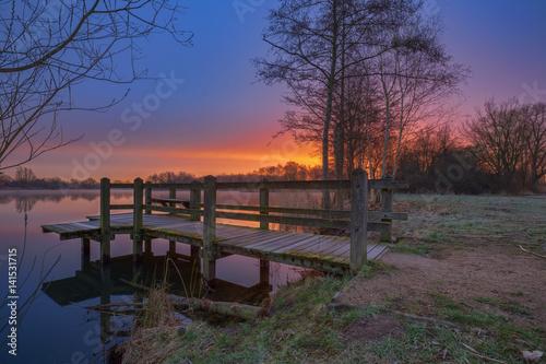 Poster Lac / Etang Morgens am Steg / Sonnenaufgang über dem Thielenburger See in Dannenberg (Landkreis Lüchow - Dannenberg, Niedersachsen, Deutschland). Aufgenommen am 19. März 2017.