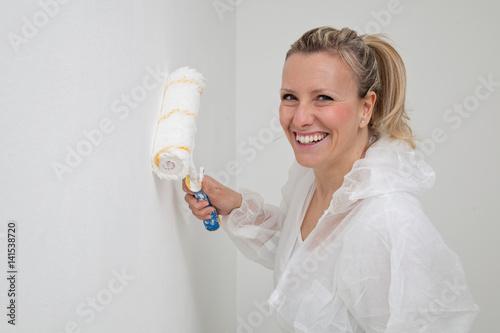 Fotografie, Obraz  ragazza sorridente pittura casa