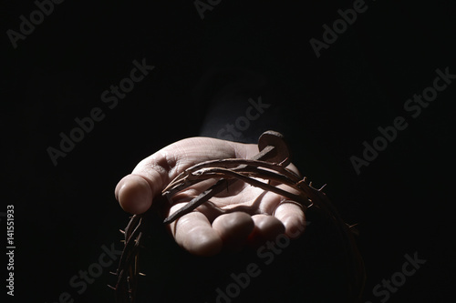 Fotografía man with a nail and a crown of thorns