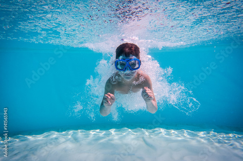 Fotobehang Duiken Boy dive in swimming pool