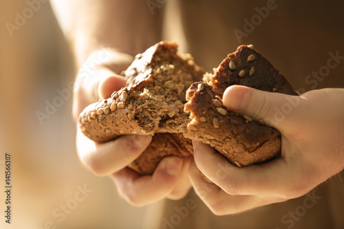 Papel de parede Man breaking off piece of bread, closeup