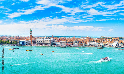 La pose en embrasure Venise Venice panoramic aerial view, Piazza San Marco with Campanile and Doge Palace. Italy