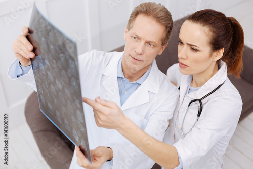 Fotografía  Prominent doctor and his intern discussing the diagnosis