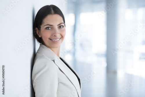 Fotografía  Smiling Beautiful Business Woman Leaning on Wall