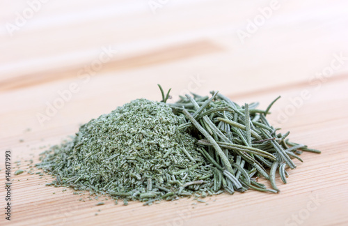 Fotografía  raw and crushed rosemary