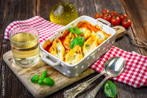 nadziewane-muszle-makaronowe-zapiekane-z-gorgonzola-ricotta-i-sosem-pomidorowym
