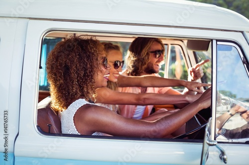Photo  Friends travelling in campervan