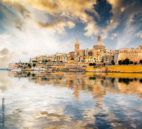Foto auf AluDibond Schiff scenic View of Marsamxett Harbour and Valletta in Malta at sunset with reflection