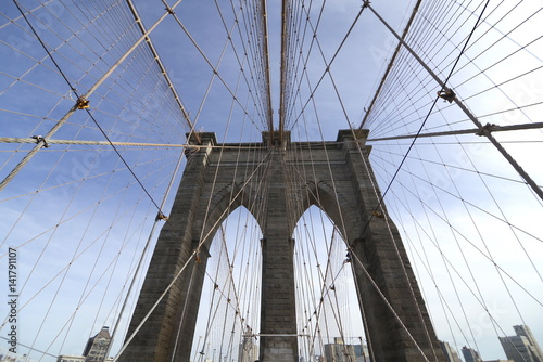 Cadres-photo bureau Brooklyn Bridge Perfectly geometric view of Brooklyn Bridge in NYC with overview on Manhattan skyline