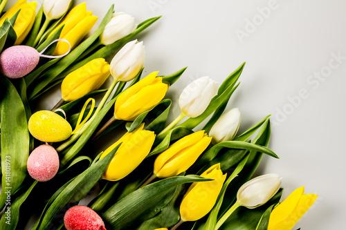 zolte-i-biale-tulipany-z-wielkanocnymi-ozdobnymi-jajkami