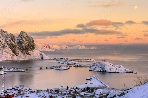 In de dag Noord Europa The pink colors of sunset and snowy peaks surround the fishing villages Reine Nordland Lofoten Islands Norway Europe