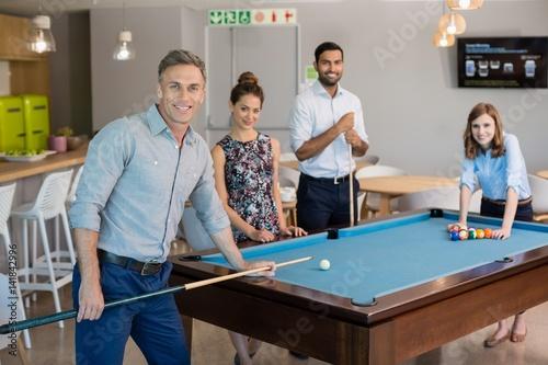 Zdjęcie XXL Uśmiechnięci biznesowi koledzy bawić się basenu w powierzchni biurowa