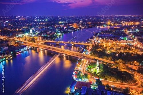 Cadres-photo bureau Seoul Bangkok city skyline and Chao Phraya River under twilight evening sky.