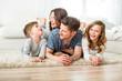 familie zu hause hat spaß