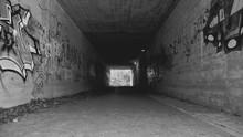 Tunnel Mit Graffiti Schwarz Weiss