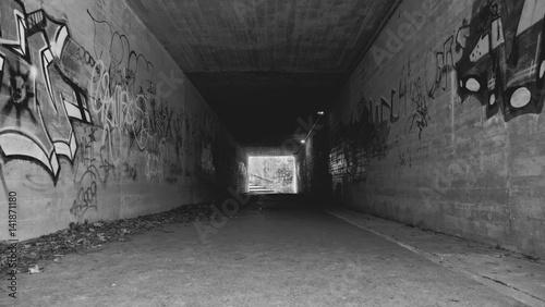Poster Tunnel Tunnel mit Graffiti Schwarz Weiss