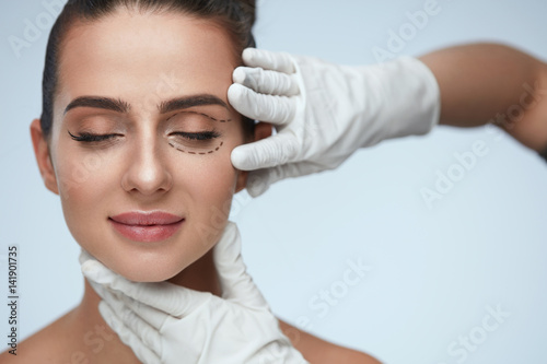 Fotografia Closeup Of Beautician Hands Touching Young Female Patient Face