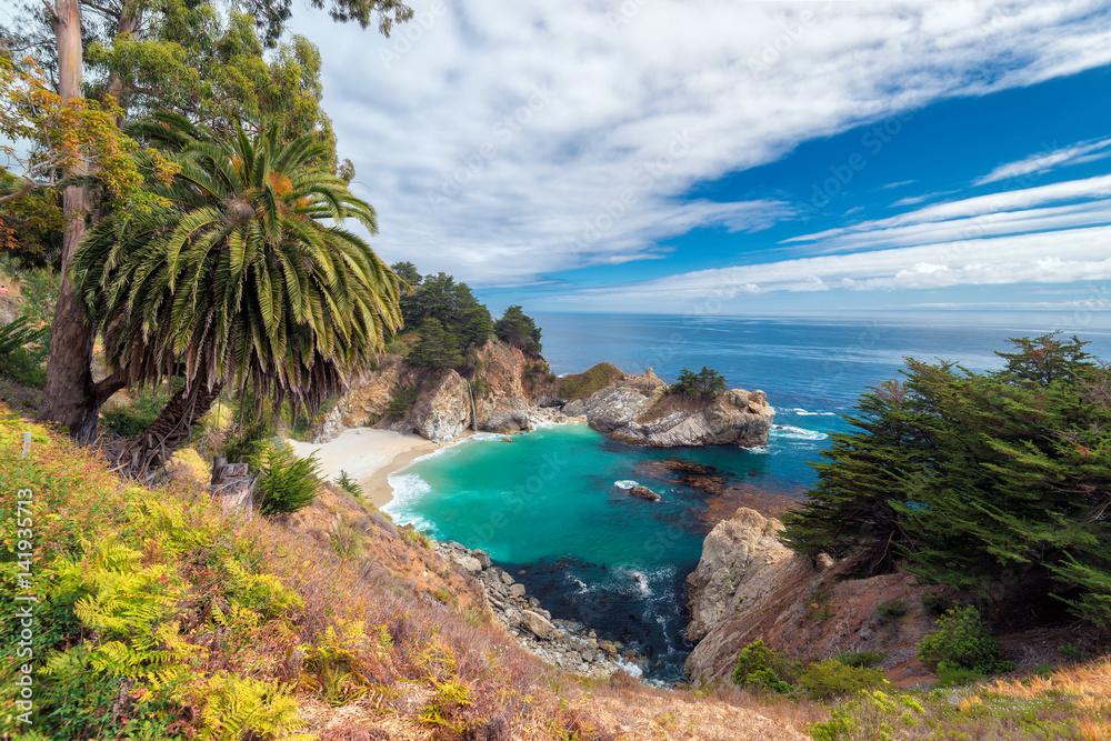 Plaża i wodospady, Julia Pfeiffer Beach, McWay Falls, Kalifornia.