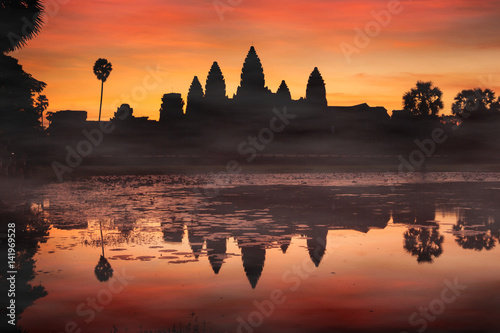 Foto  Silhouette of Angkor Wat at sunrise