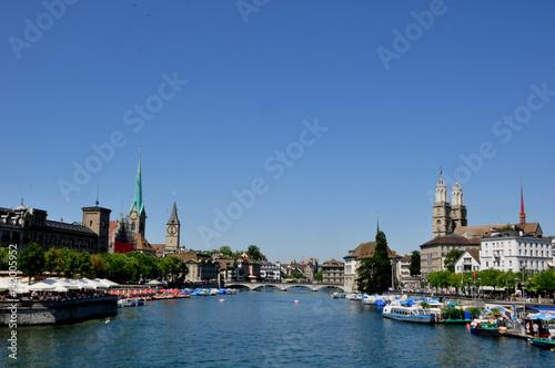 Photo sur Toile Europe Centrale Sightseeing Zürich: Blick von der Quaibrücke beim Bellevue auf die Altstadt