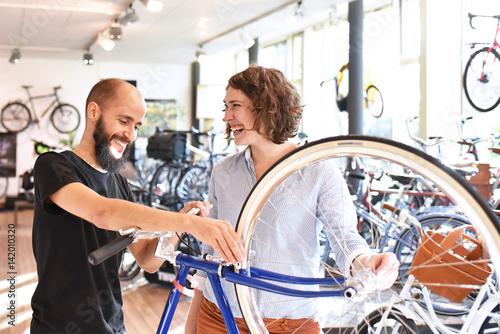 Zdjęcie XXL Szczęśliwi ludzie w sklepie rowerowym // szczęśliwych ludzi w sklepie rowerowym
