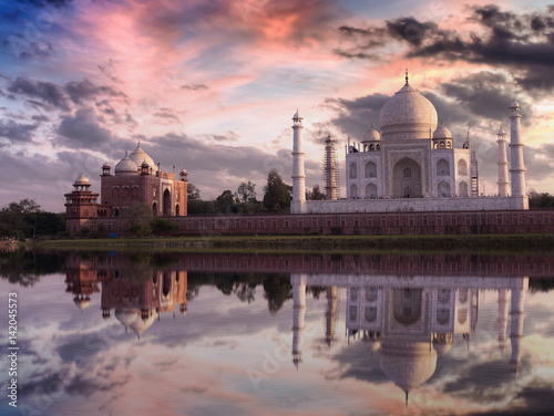 Poster Artistique Taj Mahal at sunset with vibrant sky and reflections on the water of the Yamuna river. Photograph taken from Mehtab Bagh Agra.