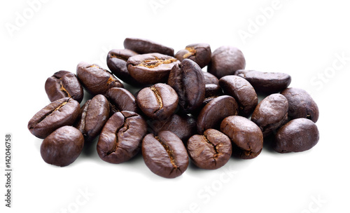 In de dag koffiebar Coffee beans isolated on white