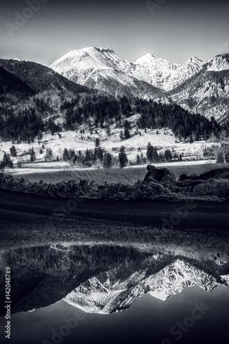 czarno-bialy-zimowy-krajobraz-ze-sniegiem-pokryte