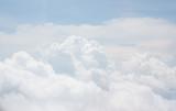 białe jasne bawełniane chmury tło z błękitnego nieba - 142107757
