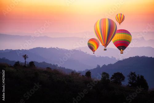 balony-na-gorace-powietrze-i-niesamowity-wieczorny-krajobraz