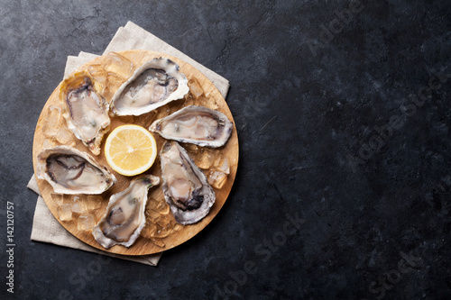Poster Coquillage Oysters and lemon over ice