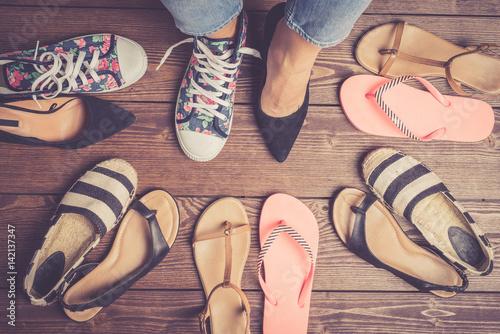 Plakat Kolekcja żeńscy buty na drewnianej podłoga. Moda tło