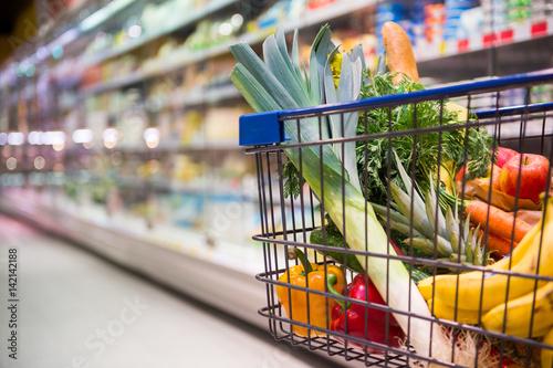 Fotografía  Einkaufswagen voller Einkäufe in einem Supermarkt