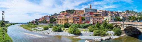 Pinturas sobre lienzo  Colorful houses in Ventimiglia, Italy