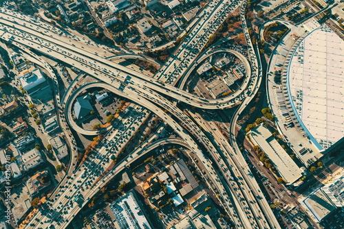 widok-z-lotu-ptaka-na-skrzyzowaniu-autostrad-w-los-angeles