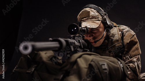 Fotomural  military contracto with his sniper rifle at night