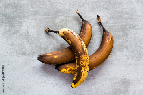 Brown bananas on a concrete table Fototapet