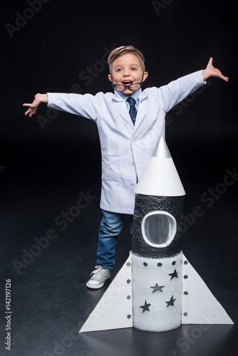 maly-szczesliwy-chlopiec-z-papierowa-rakieta