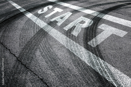 Pinturas sobre lienzo  Race start line pattern background on the asphalt floor with crossing of tires tracks